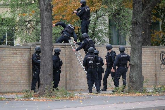 Veel agenten Halle, Duitsland, waar bij een schierpartij meerdere mensen zijn gedood. De dader is gepakt.