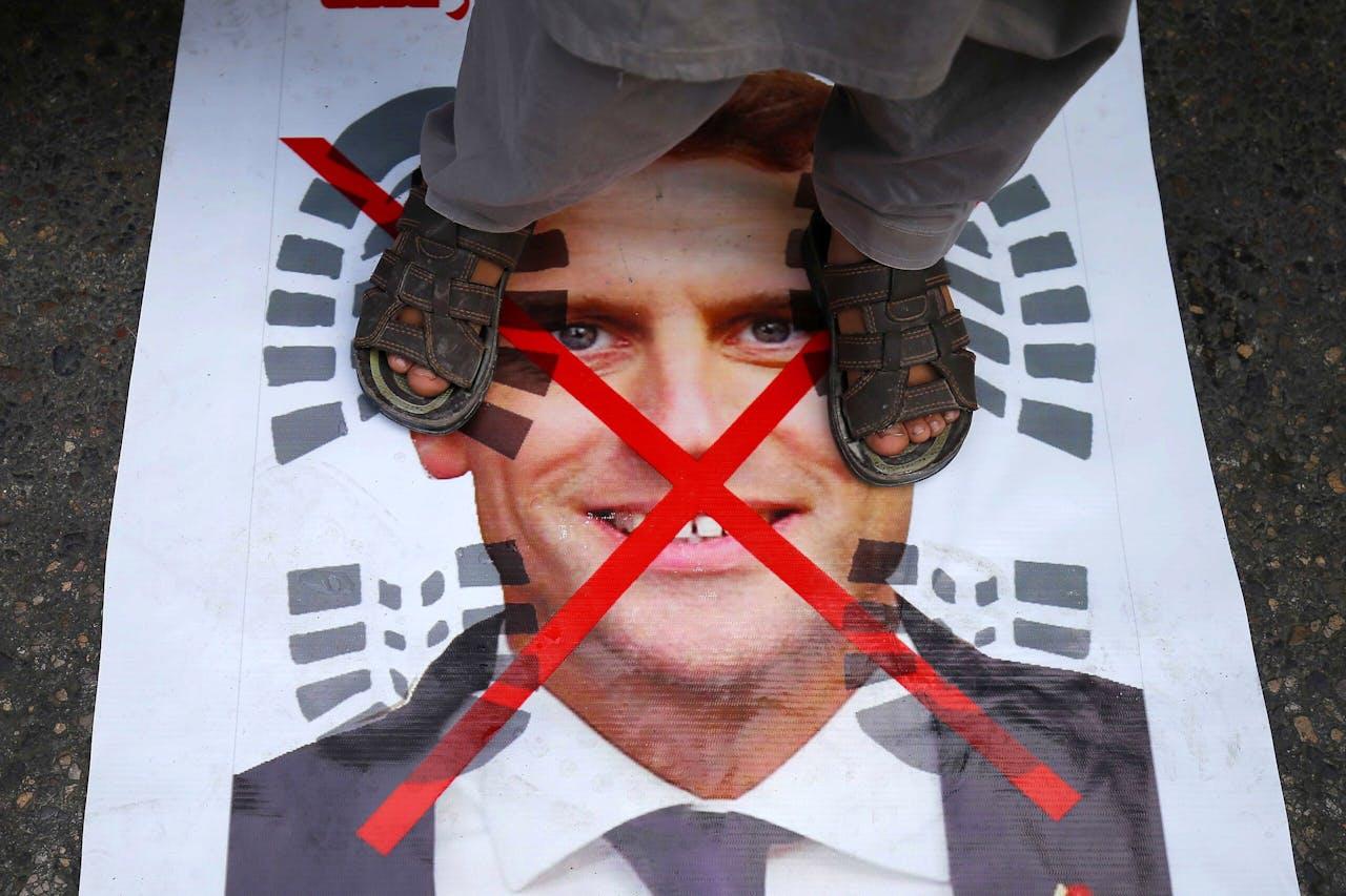 Poster van de Franse president Macron bij demonstratie in Pakistan