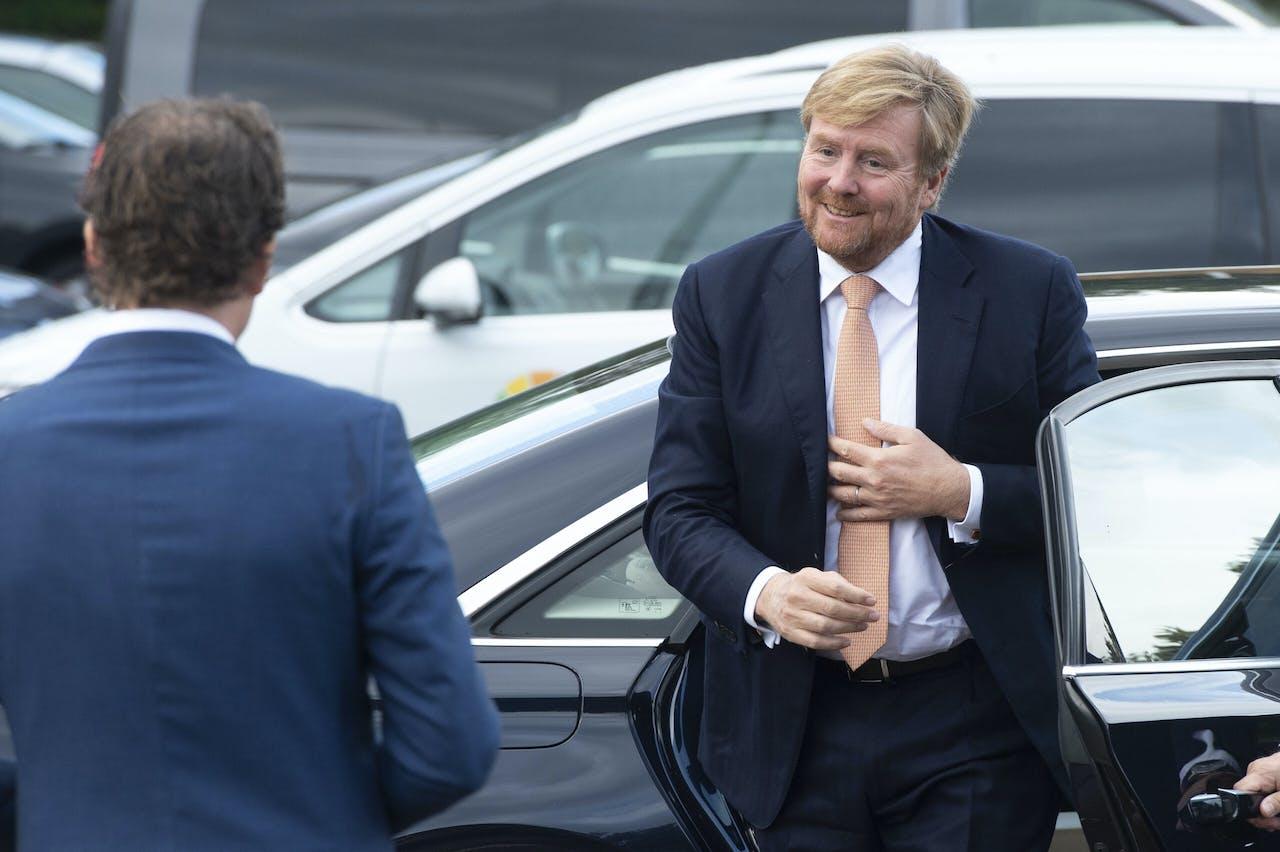 Koning Willem-Alexander arriveert bij een afspraak