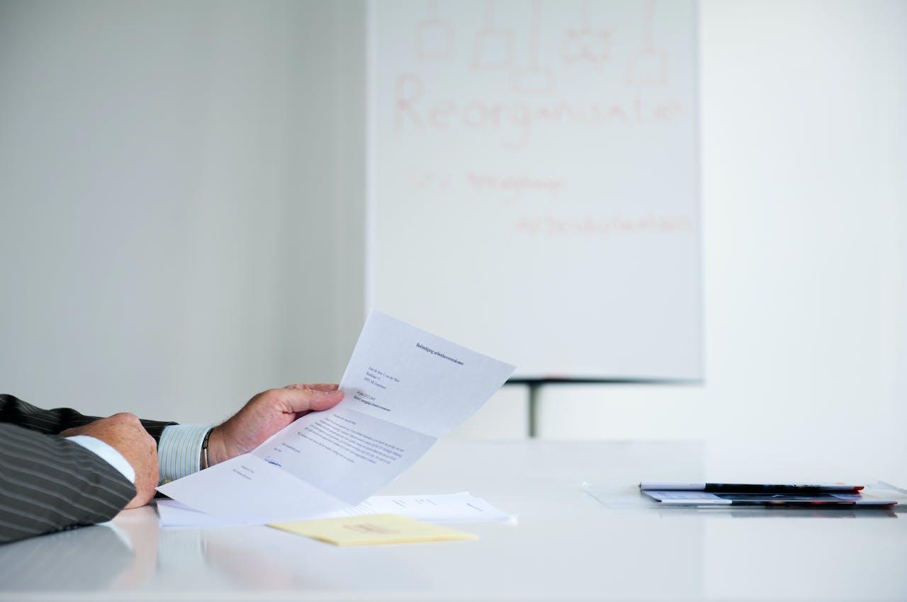 2012-06-23 00:00:00 ILLUSTRATIE - Een chef ontslaat zijn werknemer tijdens een exitgesprek. ANP XTRA ROOS KOOLE