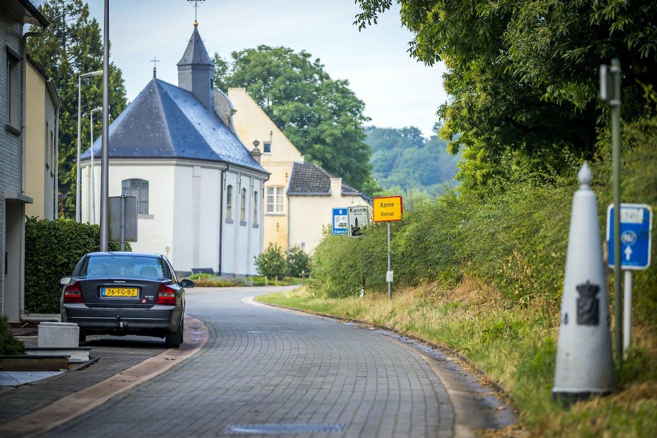 MAASTRICHT - Auto's passeren de grens tussen Belgie en Nederland, na het vervallen van het negatief reisadvies vanwege coronavirus voor twaalf Europese landen. Om het virus in te dammen, sloten Belgische grensgemeenten sluipwegen naar Nederland af met barricades. ANP MARCEL VAN HOORN