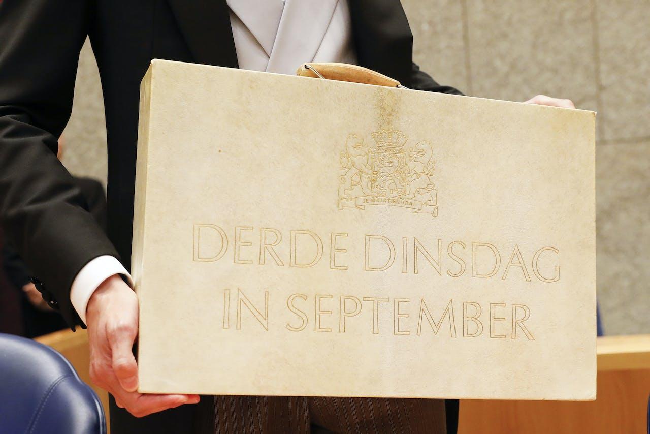 Minister Wopke Hoekstra van Financiën presenteert op Prinsjesdag in de Tweede Kamer het koffertje met de rijksbegroting en miljoenennota.
