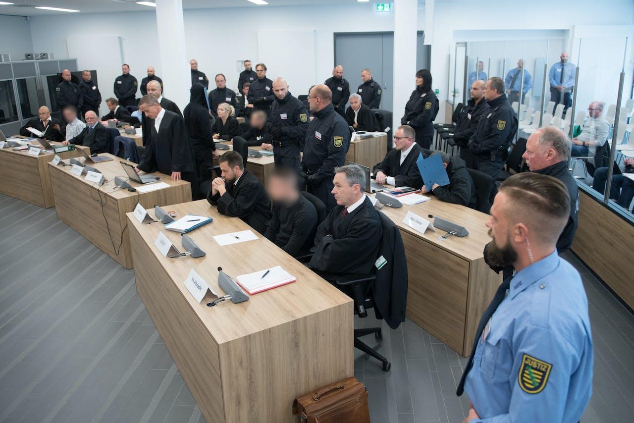 Het zijn allemaal jongens met een strafblad die al eerder veroordeeld zijn, ook voor neonazistische daden. Vandaag staan ze opnieuw voor de rechter.