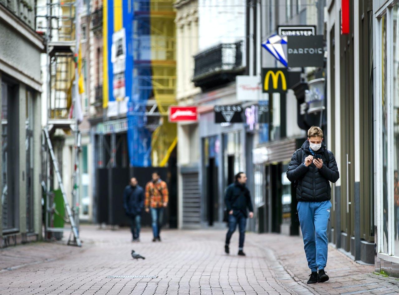 Een rustige Kalverstraat vanwege het nieuwe coronavirus. ANP REMKO DE WAAL