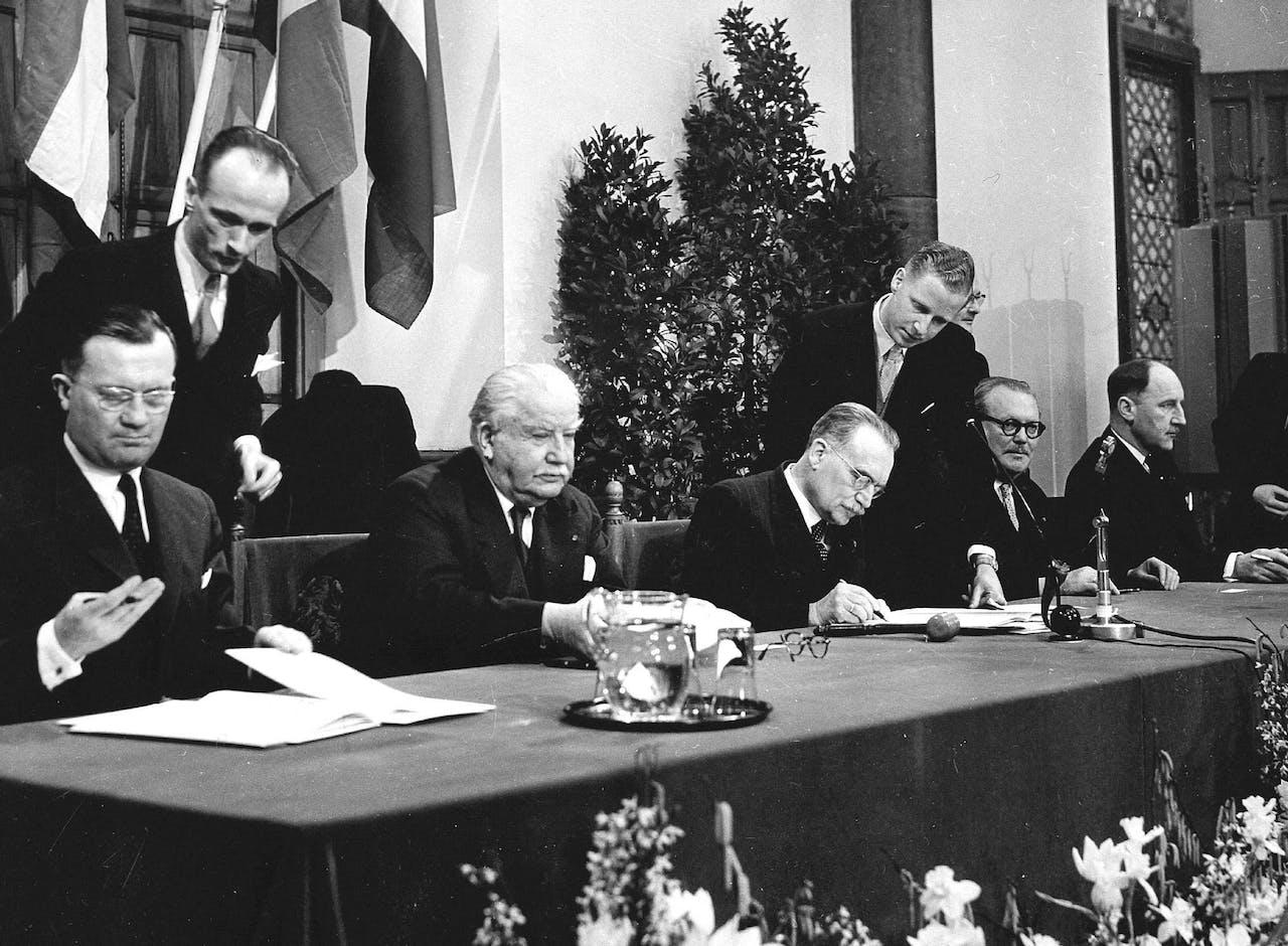 Ondertekening van de Benelux-akkoorden in de Ridderzaal op 3 februari 1958.