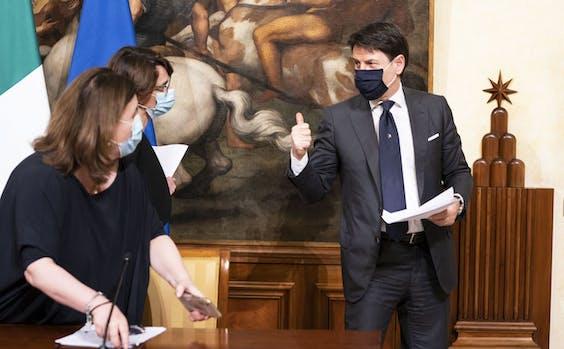 De Italiaanse Premier Giuseppe Conte arriveert bij een kabinetsconferentie.