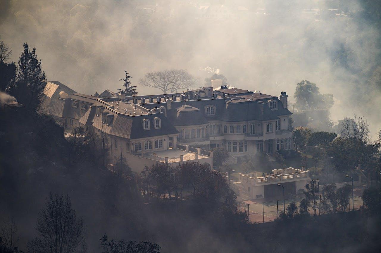 Een van de mansions in Bel-Air die is verwoest door de branden, niet het huis van Rupert Murdoch.