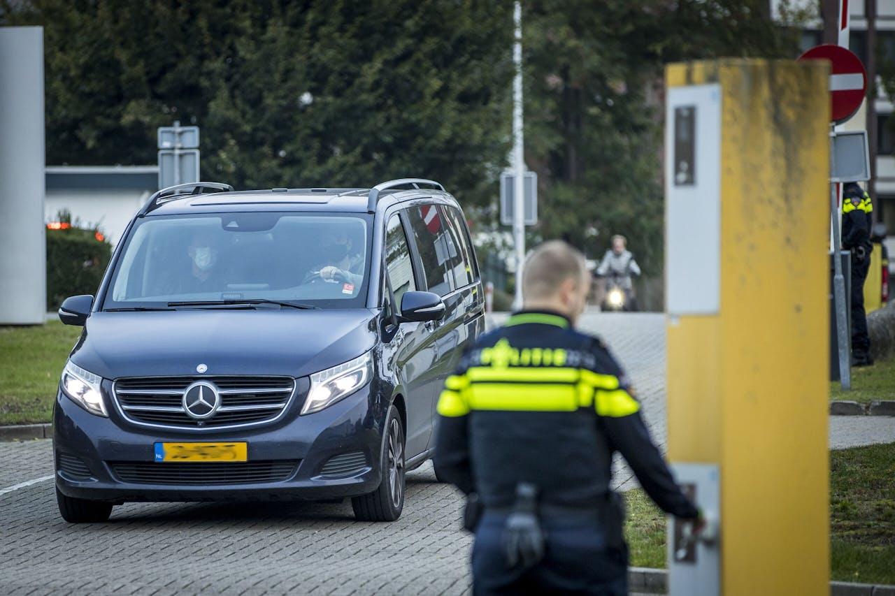 MAASTRICHT - Een geblindeerde auto komt aan voor de laatste zittingsdag van de rechtszaak tegen Jos B., die verdacht wordt van het doden, misbruiken en ontvoeren van Nicky Verstappen. ANP MARCEL VAN HOORN