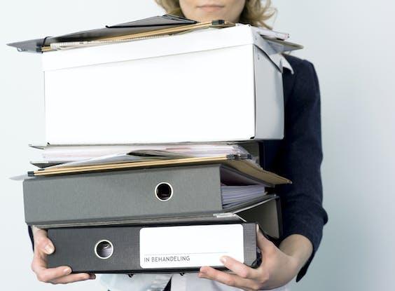 Het aanstellen van een vrouw in de top werkt vaak door op de beurs. Dat blijkt uit een studie onder meer dan 1.600 beursgenoteerde bedrijven.