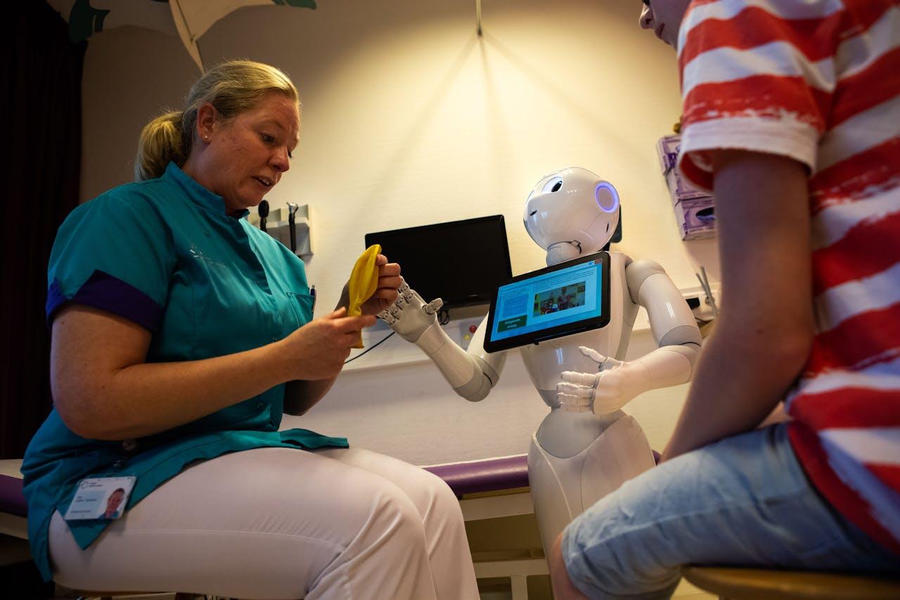 Zorgrobot Pepper leert kinderen samen met een verpleegster wat zij kunnen doen om hun blaasproblemen te verhelpen op de PIPO-poli van ziekenhuis Maxima Medisch Centrum (MMC)