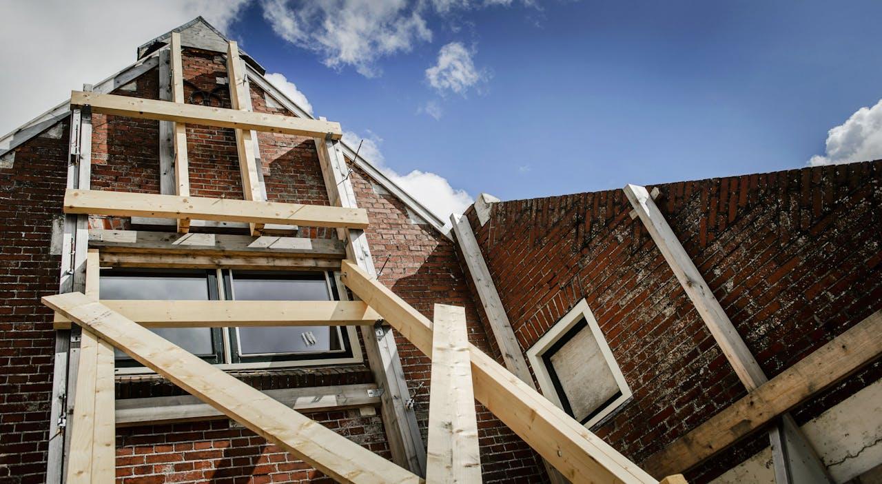 Een gebouw in Zeerijp is verstevigd met balken als gevolg van aardbevingsschade die is ontstaan door de gaswinning van de NAM in het gebied.