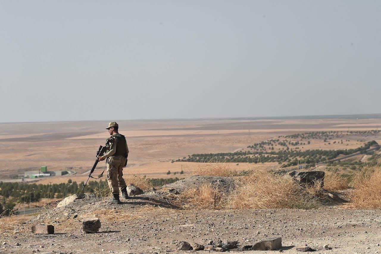 Een Turkse soldaat aan de grens met Syrië