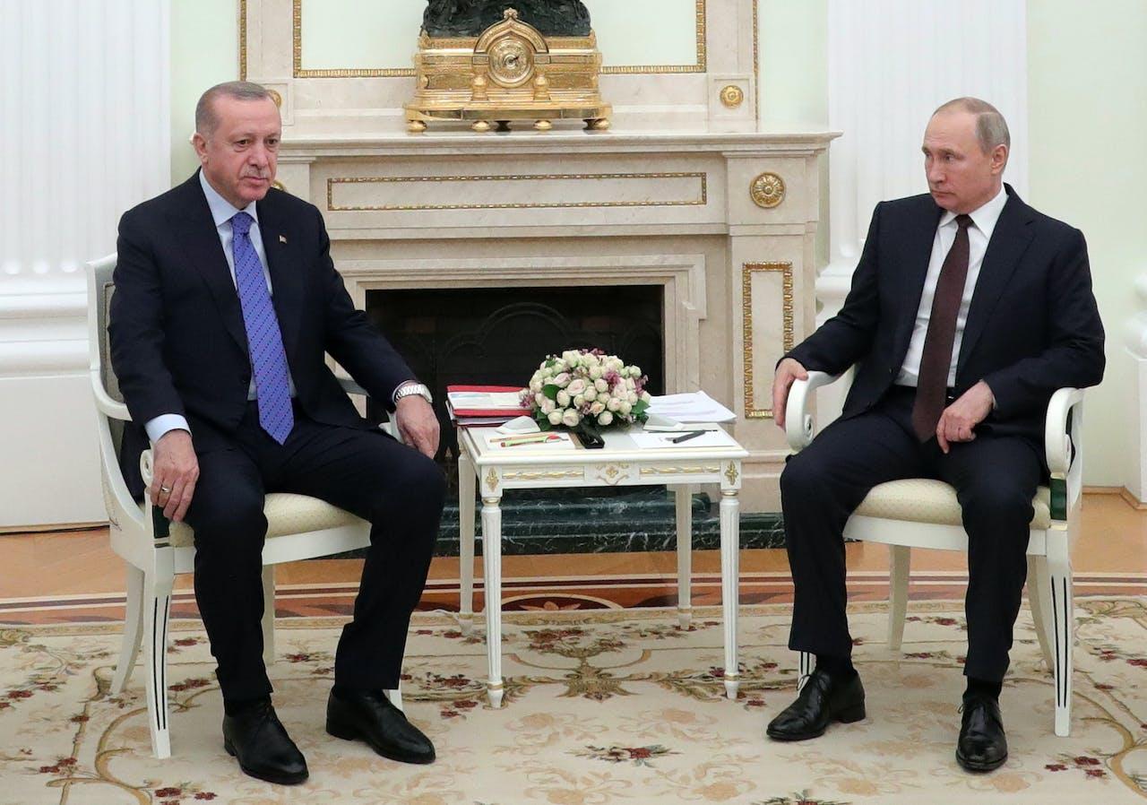 De Turkse president Erdogan (L) en de Russische president Poetin (R) tijdens hun ontmoeting in Moskou