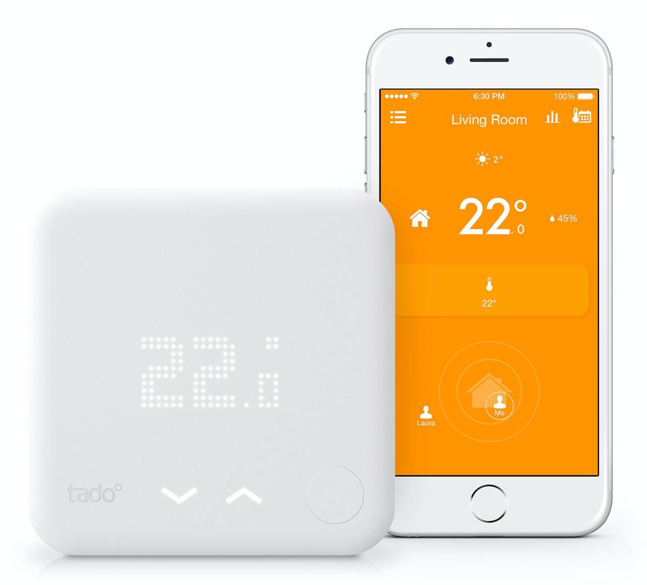 Links de daadwerkelijke thermostaat, rechts een weergave van de bijbehorende app