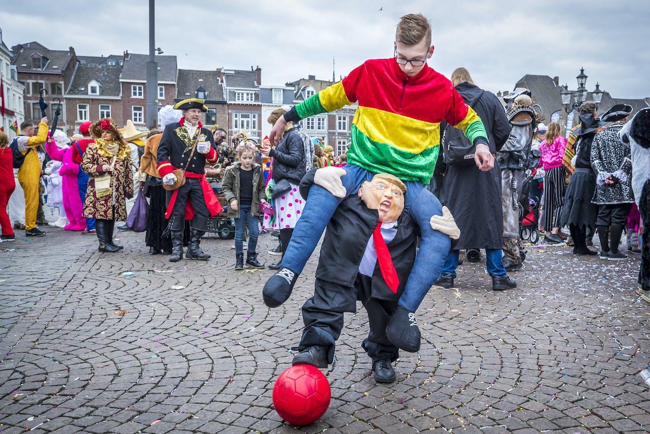 Een bonte carnavalsoptocht trekt door het centrum van Maastricht.
