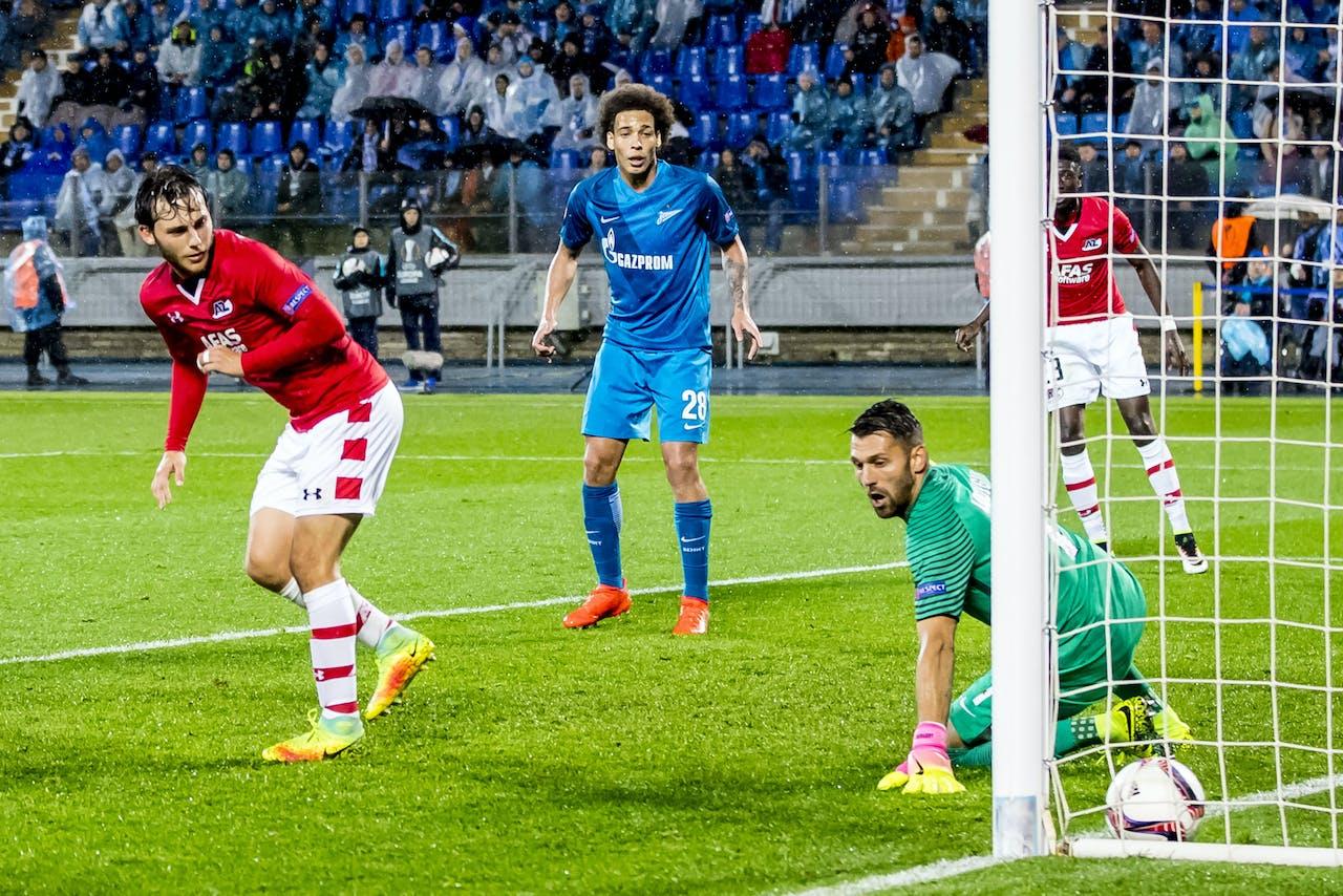 Joris van Overeem scoort hier buitenspel met een hakje, FC Zenit speler Yuri Lodygin, FC Zenit speler Axel Witsel.