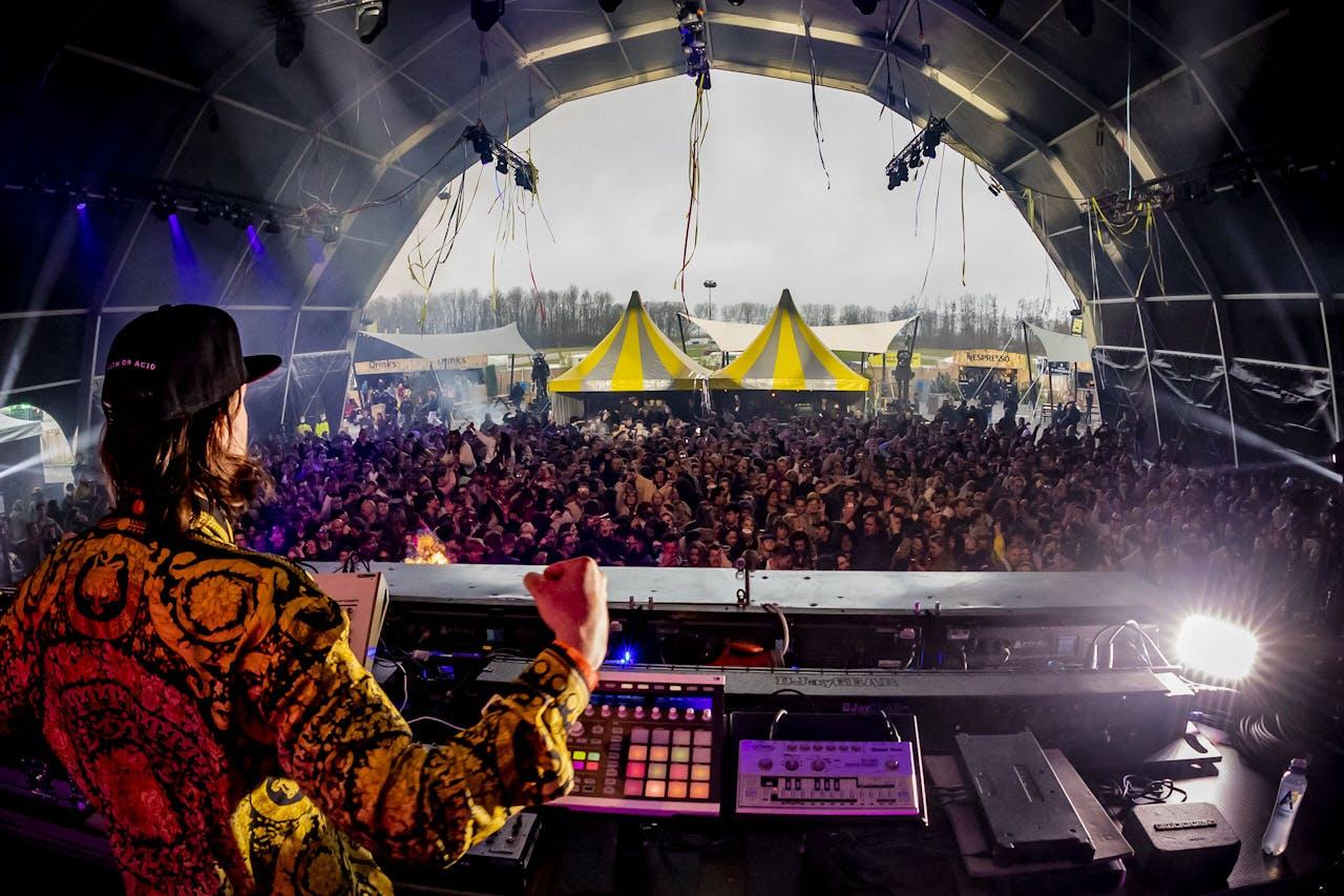 Nederland, Biddinghuizen, 2021-03-21 - Vanuit FieldLabs werd vandaag het Back To Live Dance Festival georganiseerd in Biddinghuizen. Dit was het eerste festival in een jaar tijd. Zo'n 1.500 bezoekers mochten aanwezig zijn nadat ze vooraf een negatieve PCR test konden overleggen. Het festival werd gehouden op het terrein waar normaal gesproken de festivals Lowlands en Defcon gehouden worden. Foto: ANP / Hollandse Hoogte / Marcel Krijgsman