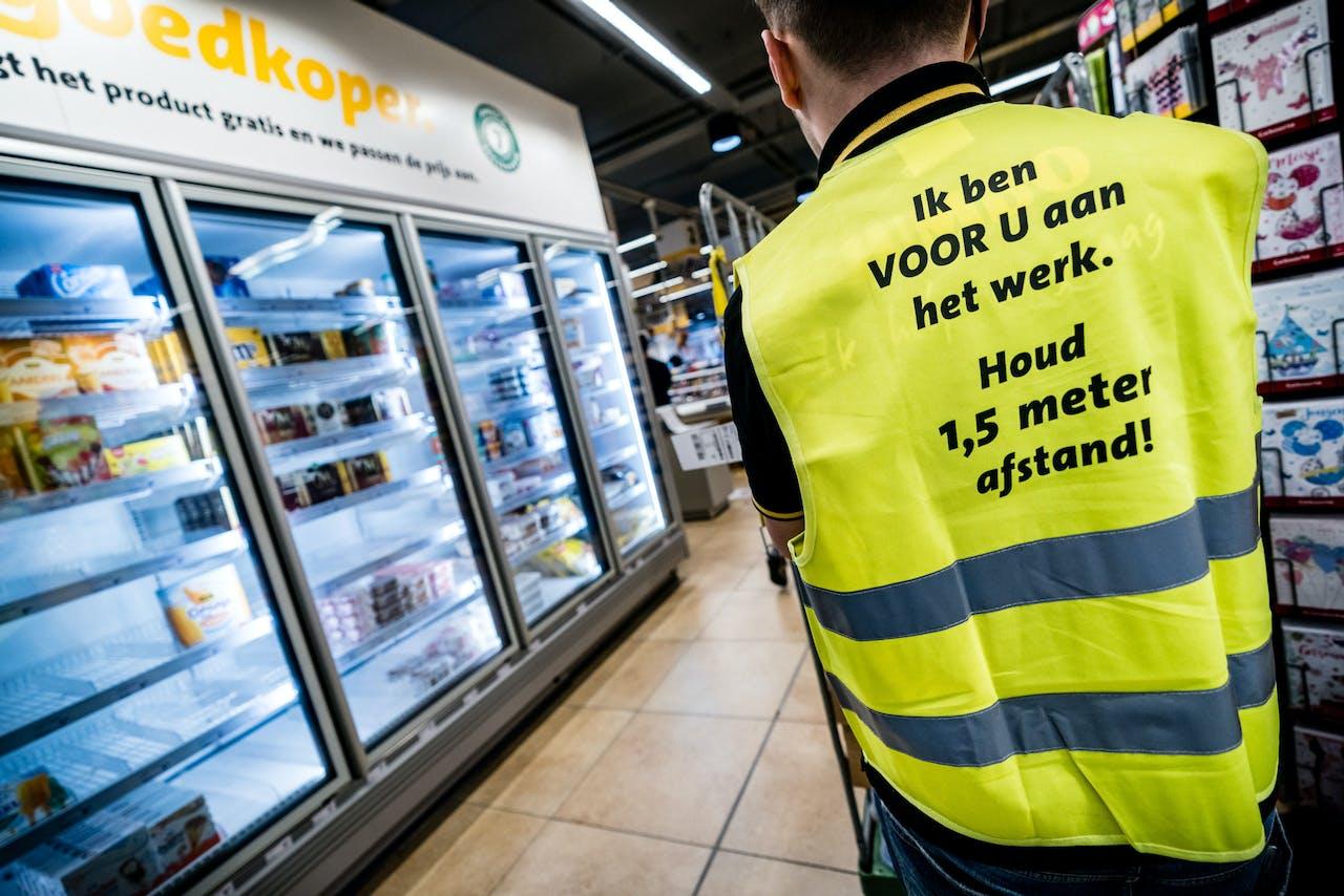 EINDHOVEN - Een afgesloten gang voor het vakkenvullen in een Jumbo supermarkt. Per 10 vierkante meter winkeloppervlak mag nog maar een klant naar binnen. Het gebruik van een winkelwagentje wordt verplicht, ook als iemand maar een boodschap nodig heeft.