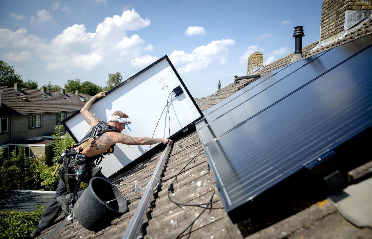 2017-08-14 12:54:36 MIJNSHEERENLAND - Op een woonhuis worden zonnepanelen geplaatst. ANP XTRA SANDER KONING
