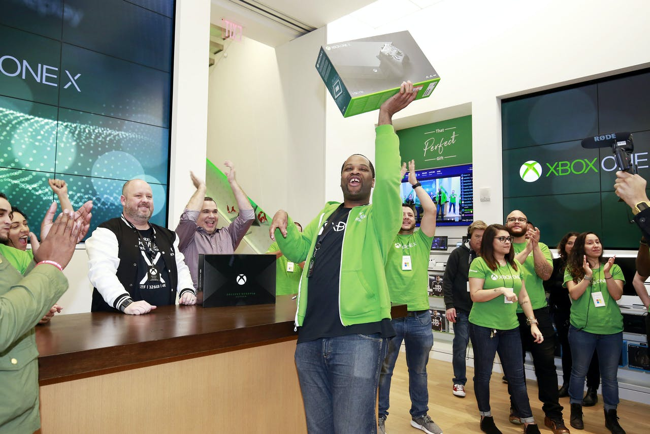 De gelukkige bezitter van de eerste Xbox One X die werd verkocht in de Microsoft Store op Fifth Avenue in New York.