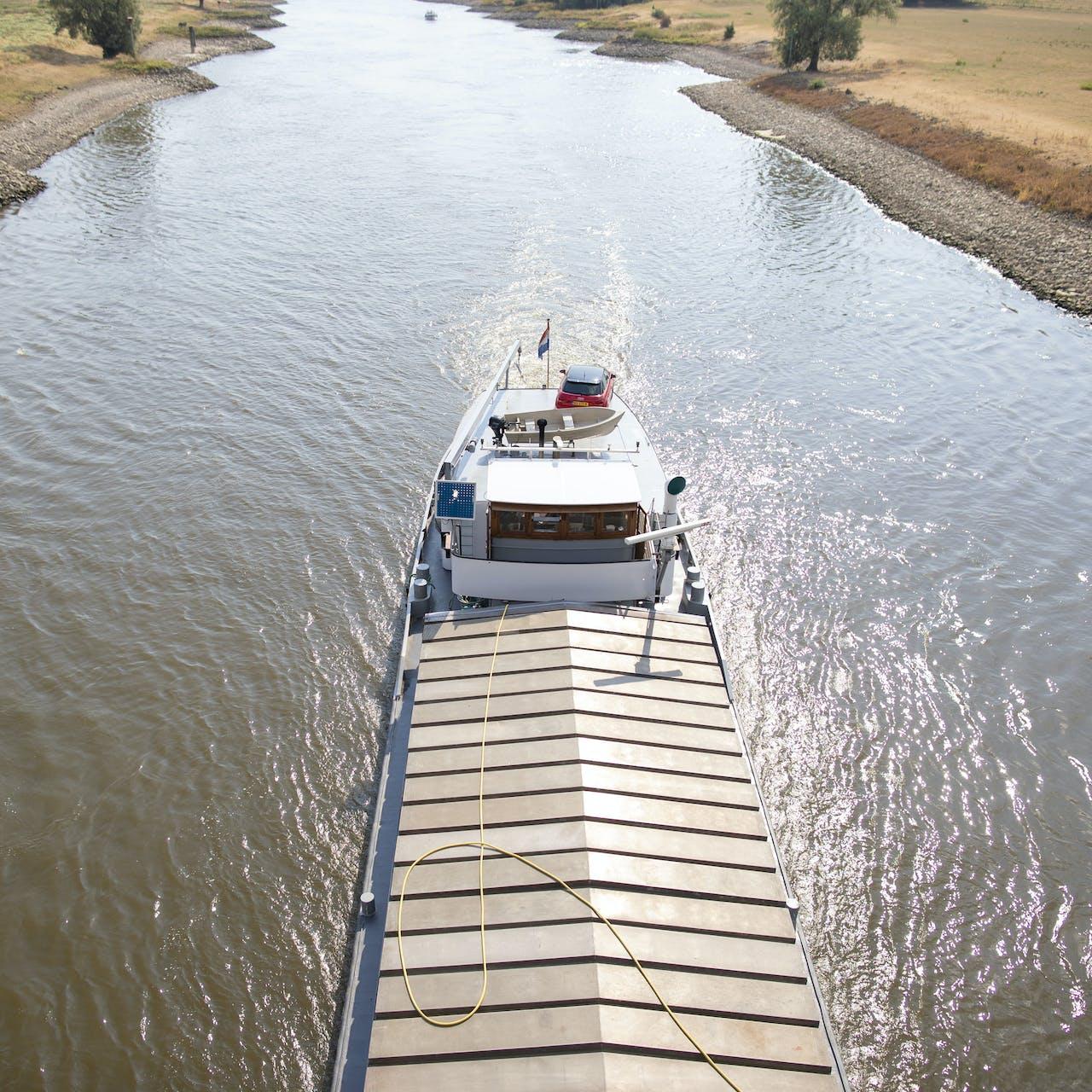 ARNHEM - Een binnenvaartschip zoek zijn weg over de laag staande IJssel bij Arnhem. ANP JASPER JUINEN