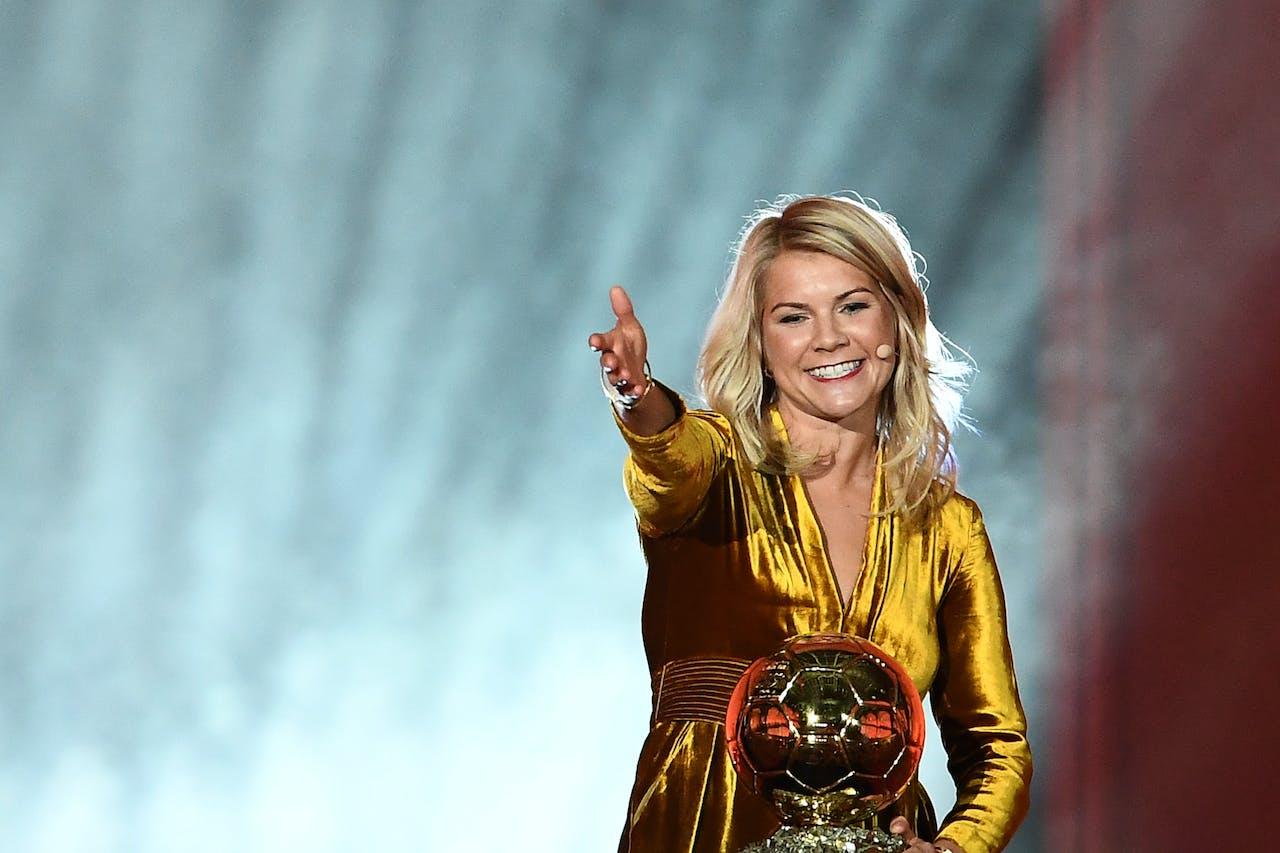 De Noorse voetbalster Ada Hegerberg wint de eerste Gouden Bal voor vrouwen.