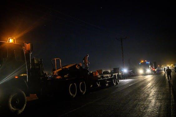 Turske legervoertuigen bij de grens met Syrië