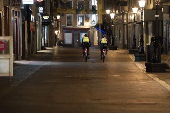 Handhavers fietsen door het centrum van Utrecht.