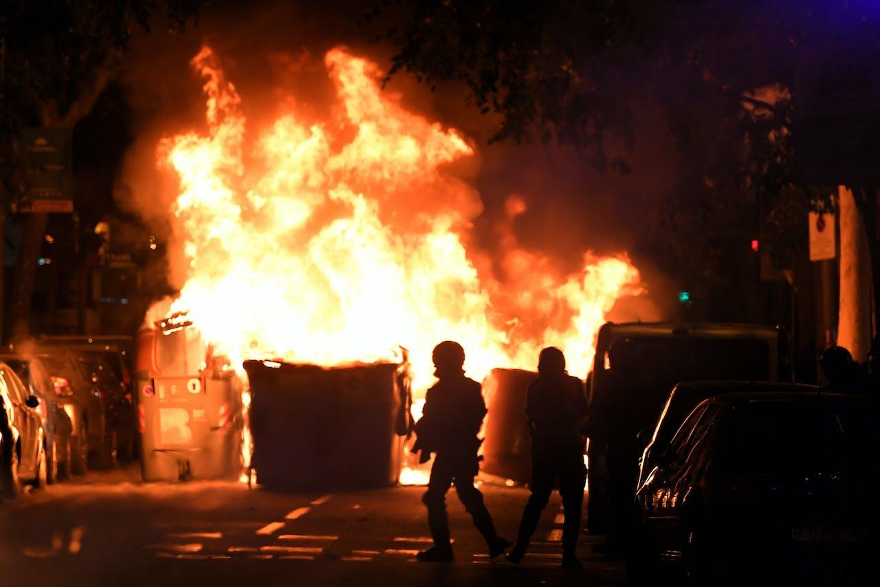 Een brandende barricade in Barcelona gisterenavond.