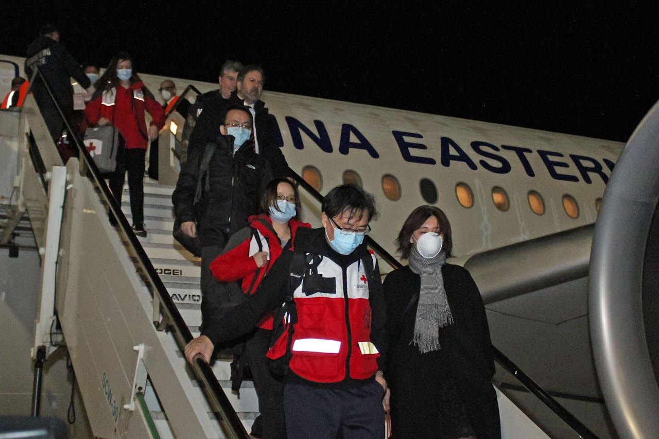 Een medisch team uit China is geland in Rome. Ze komen de Italianen helpen bij het bestrijden van het coronavirus.