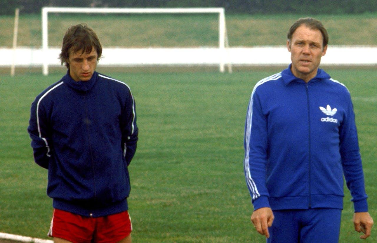 Je hebt eigenlijk alleen iets aan een mentor tegen wie je ook op kunt kijken. Op de foto Johan Cruijff en Rinus Michels, die een wat complexere verhouding hadden.