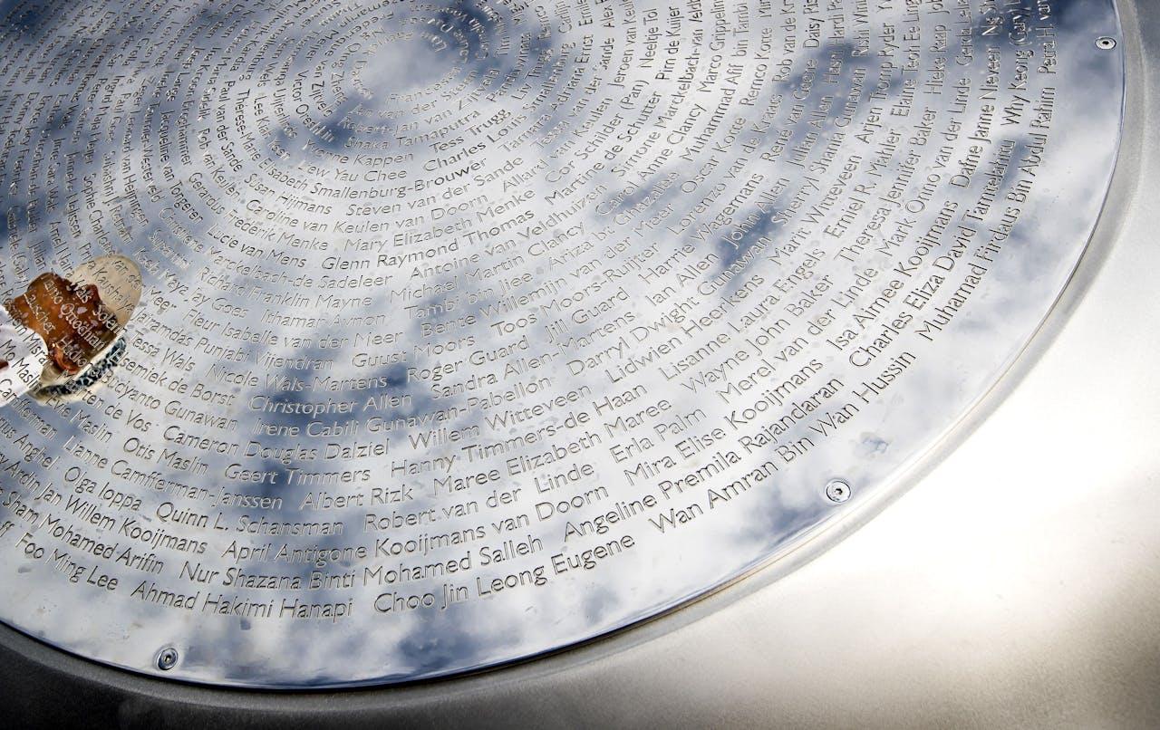 Het monument ter nagedachtenis aan de slachtoffers van de vliegramp MH17 bestaat uit 298 bomen in de vorm van een lint, gekoppeld aan de namen van de slachtoffers.