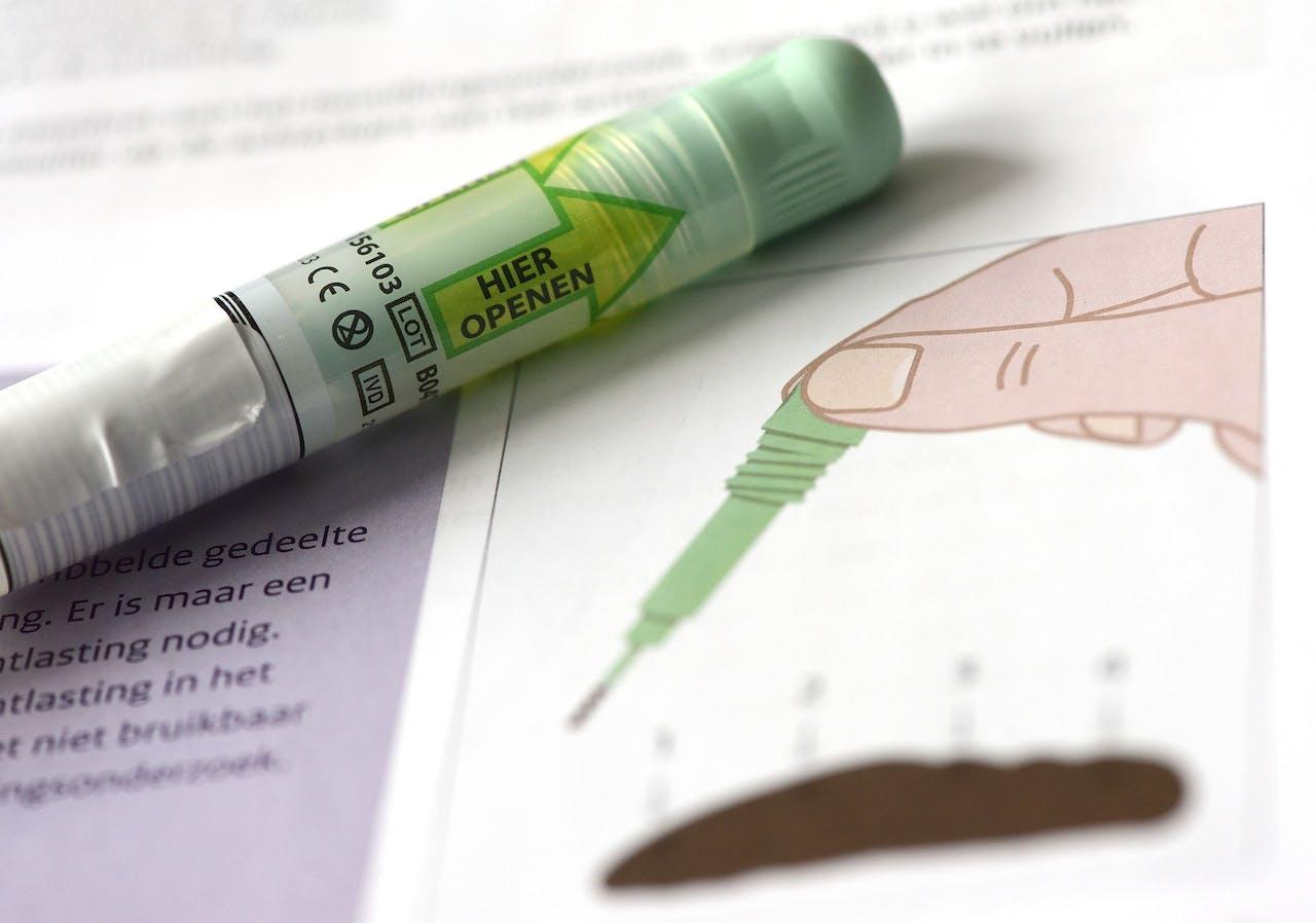 Een pakket met een ontlastingstest dat wordt gebruikt voor het bevolkingsonderzoek naar darmkanker.