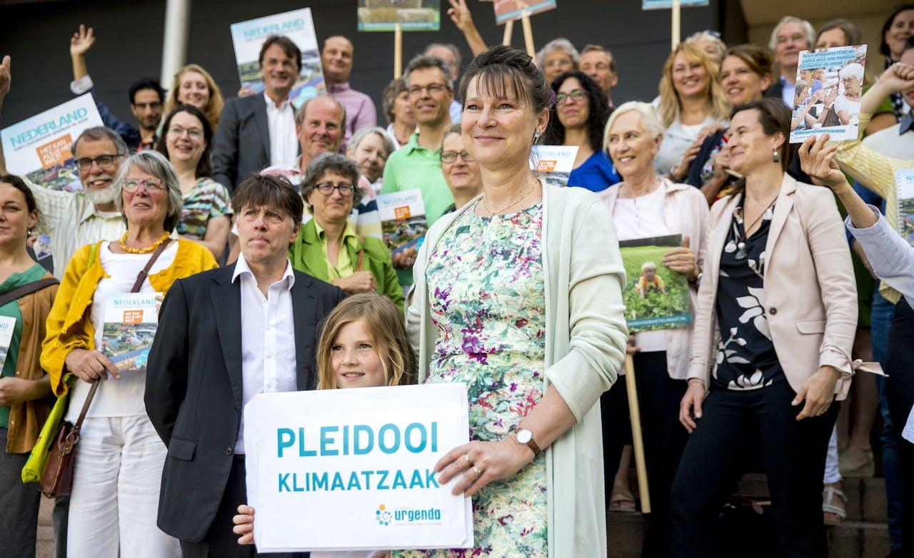 Urgenda directeur Marjan Minnesma en actievoerders voor het gerechtshof waar het hoger beroep diende dat de Staat aanspande tegen het vonnis in de Klimaatzaak van Urgenda.