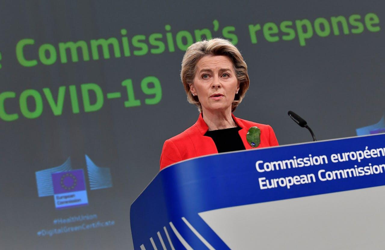 Commissievoorzitter Von der Leyen tijdens een persconferentie over de corona-aanpak in Brussel.