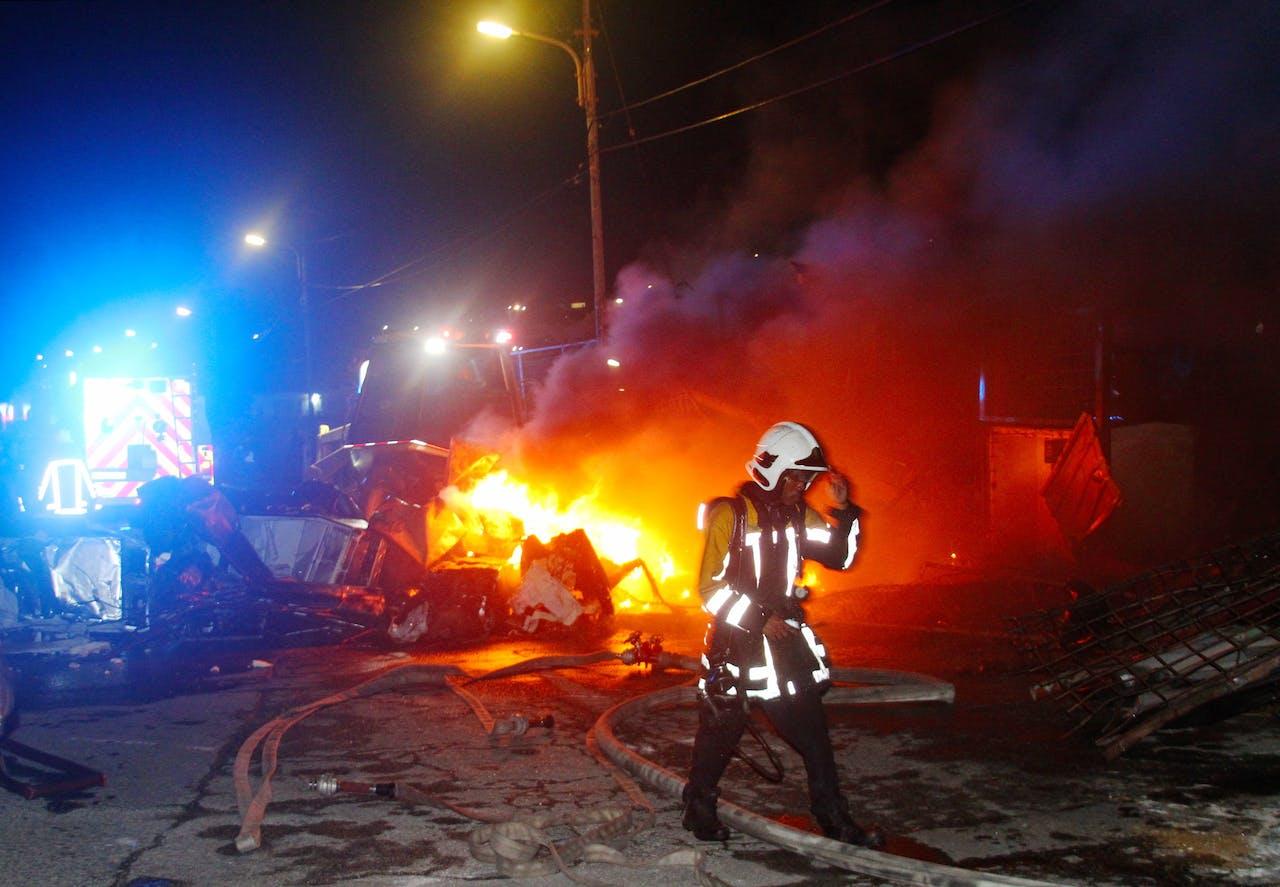 Brandweer blust een autobrand in Willemstad