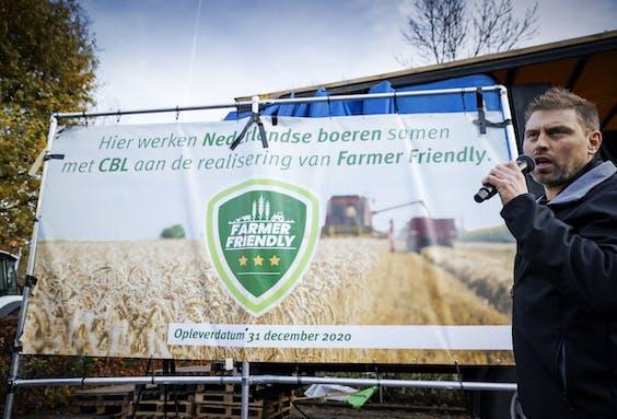 Voorzitter Mark van den Oever presenteert het nieuwe keurmerk Farmer Friendly bij het Centraal Bureau Levensmiddelenhandel tijdens de actie van Farmers Defence Force .