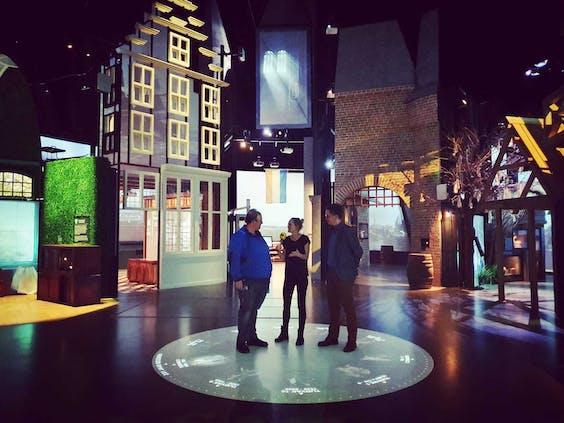 Karlijn in gesprek over de techniek bij het Openluchtmuseum te Arnhem