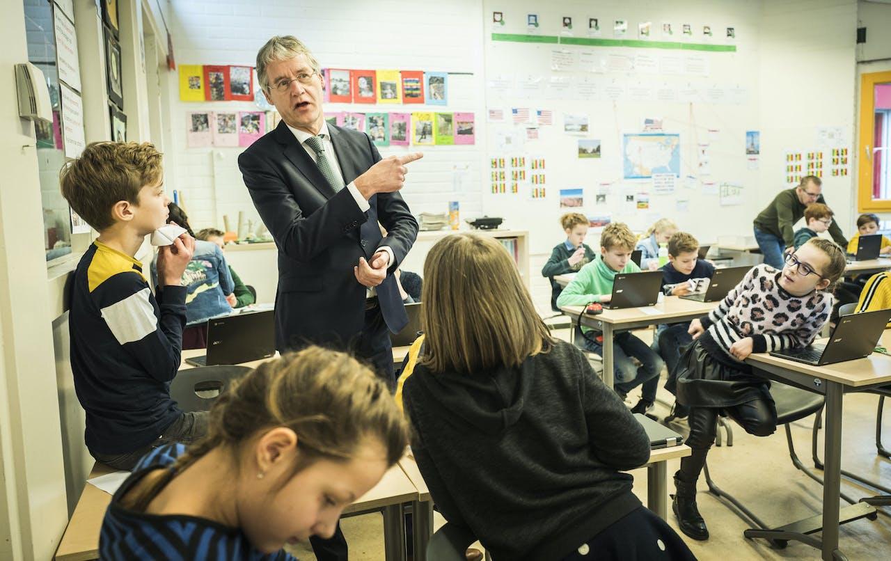 Minister Slob in gesprek met leerlingen
