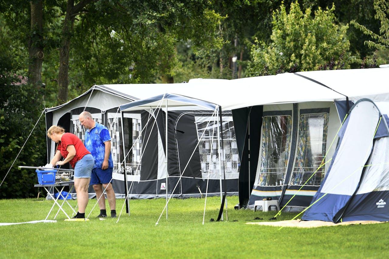 Vakantiegangers op het vijfsterren vakantiepark Ackersate. Veel Nederlandse kiezen dit jaar voor een vakantie in eigen land nu de coronacrisis nog niet voorbij is.
