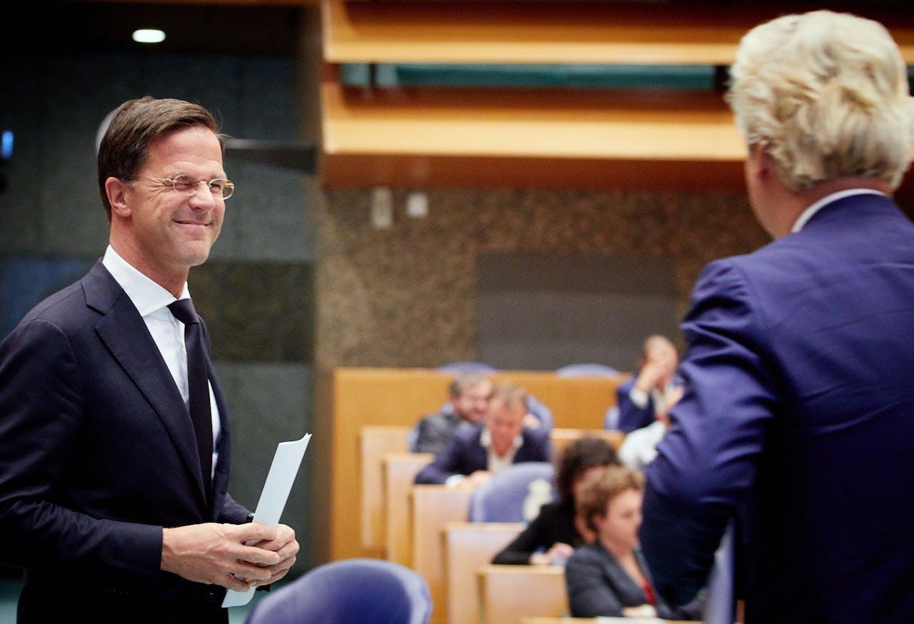 Mark Rutte (VVD) knipoogt naar Geert Wilders (PVV) tijdens het Tweede Kamerdebat over het eindverslag van de informatie.