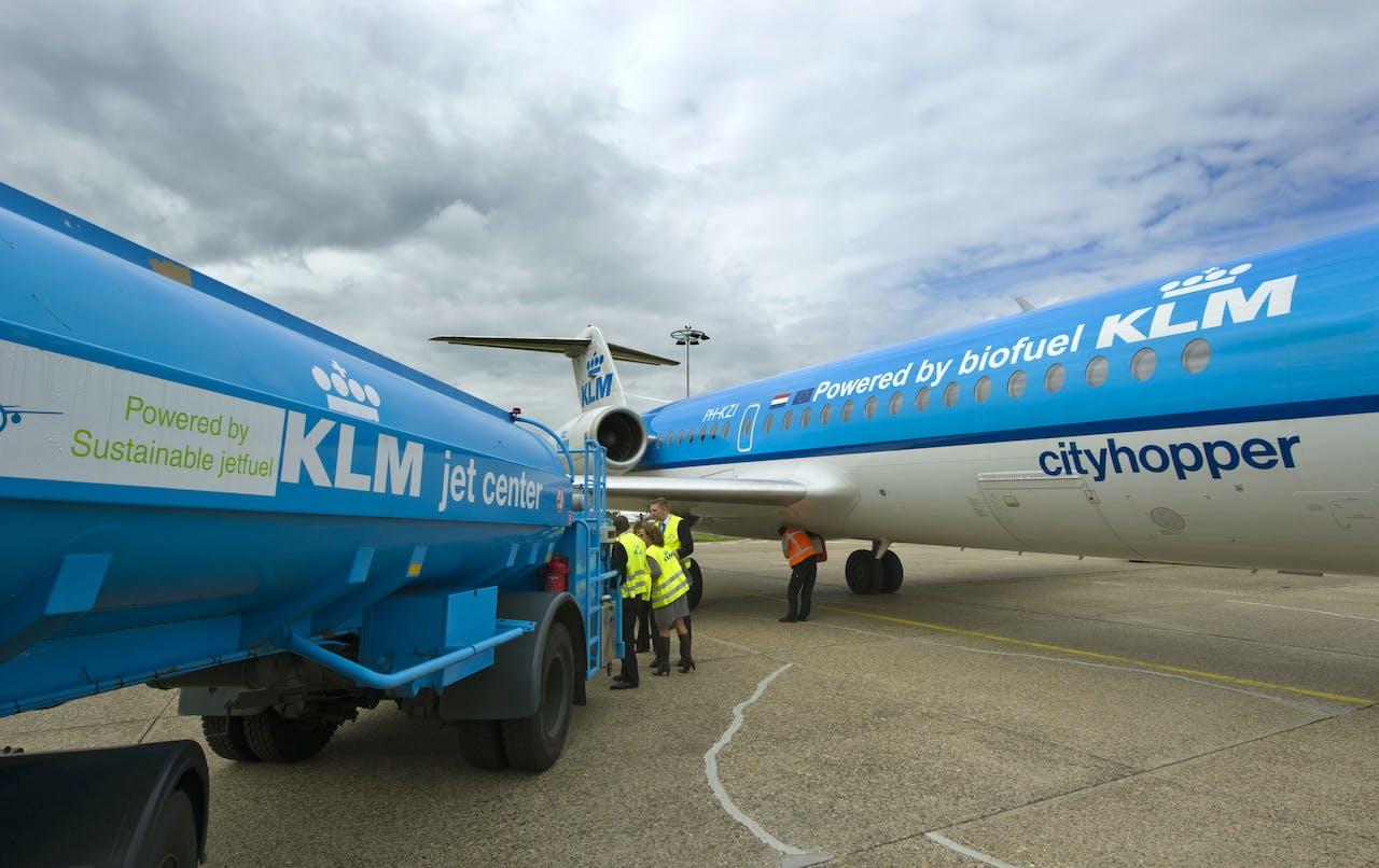 SCHIPHOL-KLM personeel volgt het aftanken van een Fokker 70 Cityhopper met biobrandstof.