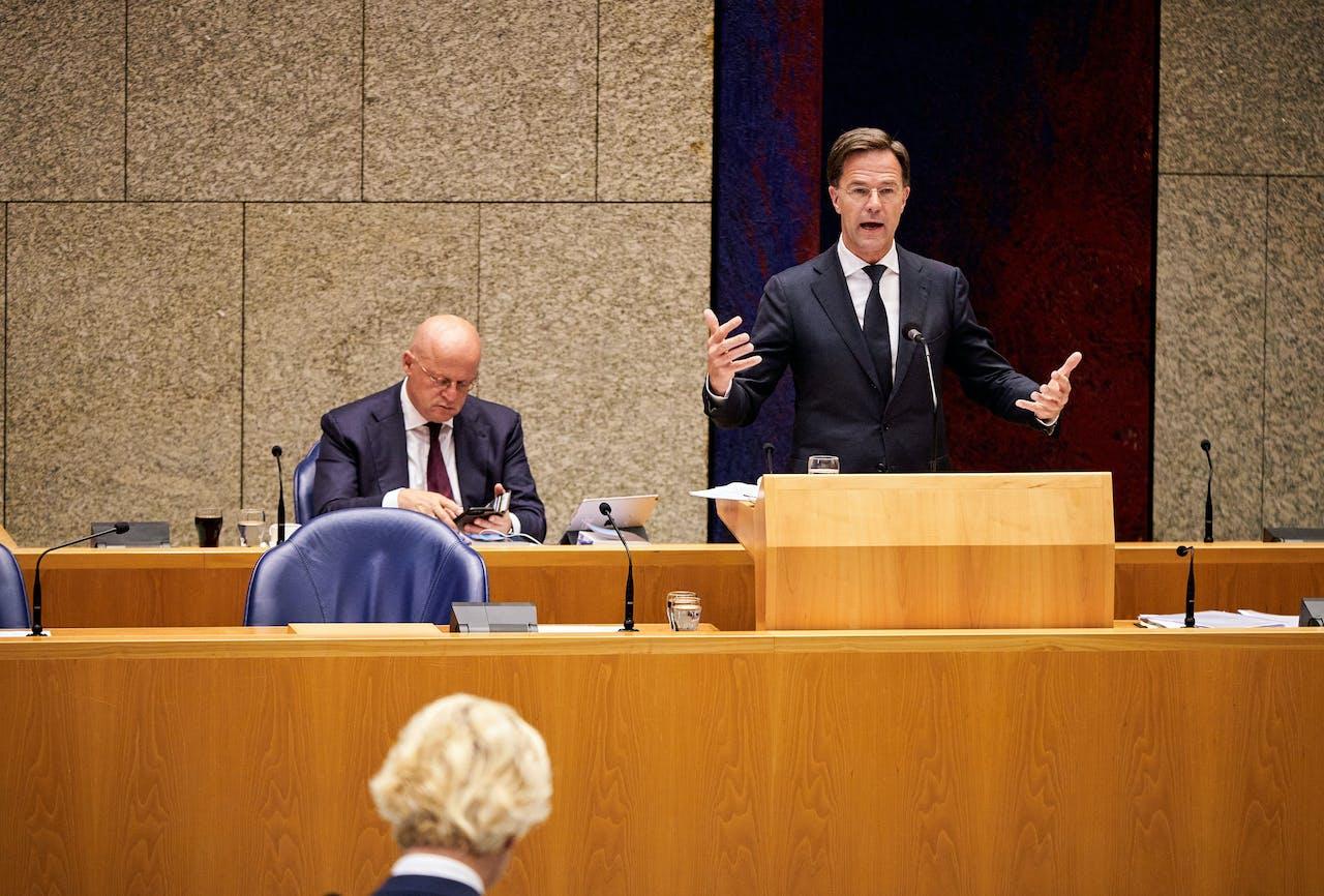 Minister Ferdinand Grapperhaus van Justitie en Veiligheid (CDA), premier Mark Rutte en Geert Wilders (PVV) in de Tweede Kamer tijdens een debat over institutioneel racisme in Nederland.