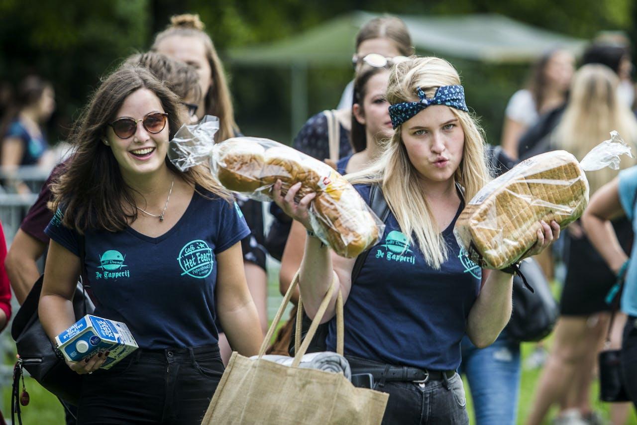 GRONINGEN - Studenten picknicken in het Stadspark. Onder de naam KEI-week verwelkomt Groningen ruim 5000 nieuwe studenten. De introductie is de grootste van het land. Er staan twintig evenementen op het programma, waaronder enkele grote feesten. ANP SIESE VEENSTRA