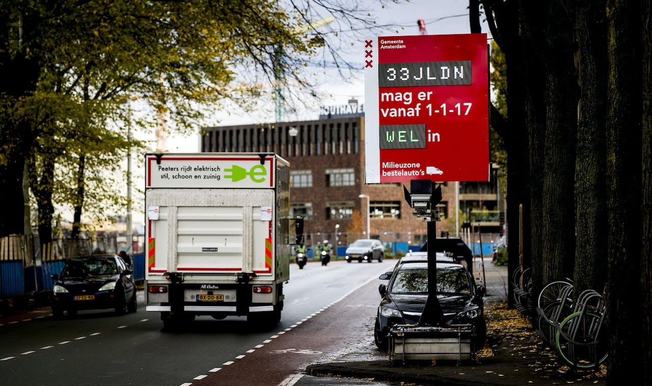 2016-11-03 13:51:43 AMSTERDAM - De gemeente Amsterdam heeft kentekencheckers geplaatst. Eigenaren van bestelauto's kunnen zo controleren of hun voertuig vanaf 1 januari 2017 nog welkom is in de Amsterdamse milieuzone. ANP KOEN VAN WEEL