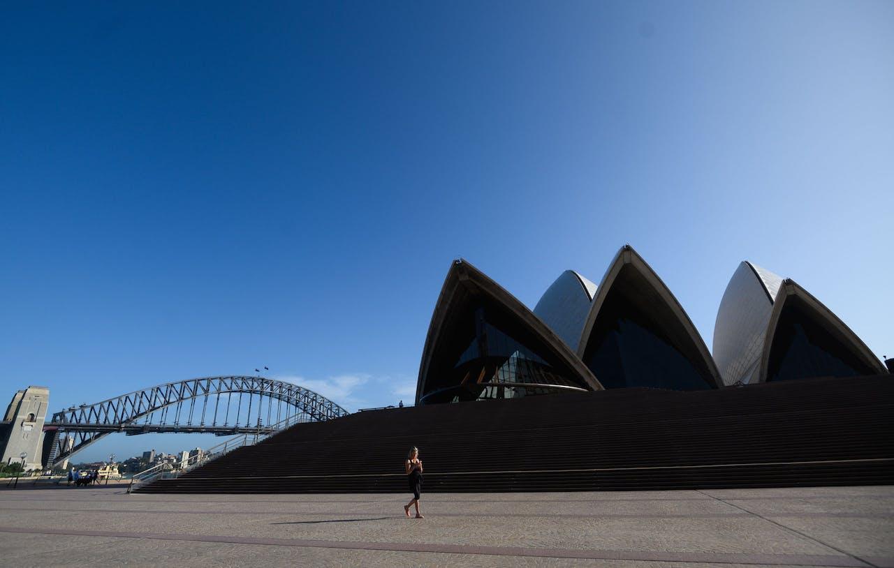 Een leeg plein voor het Operahuis in Sydney