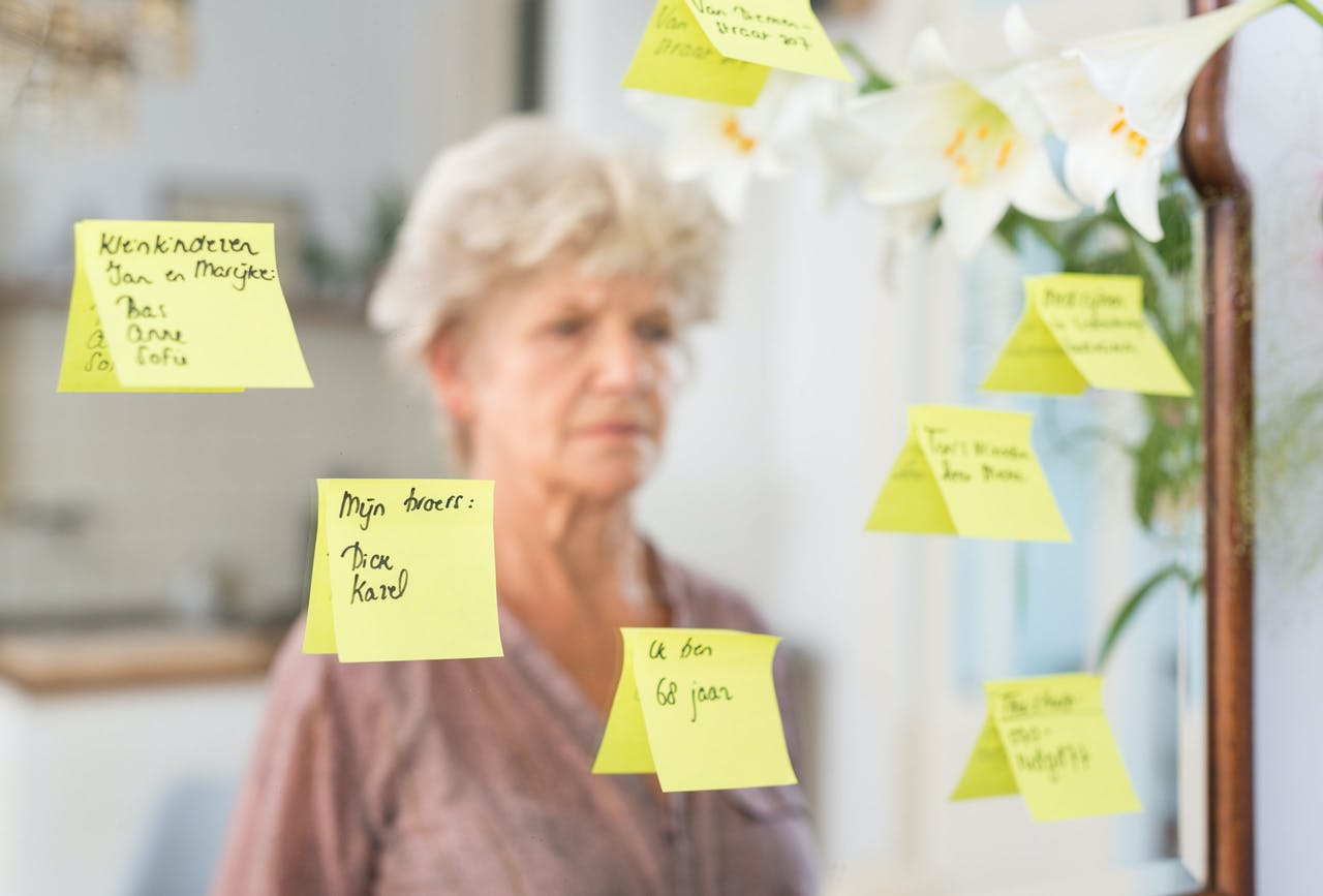 ILLUSTRATIE - Een oude vrouw bekijkt de notities op de spiegel. In ongeveer een derde van de gevallen is dementie te voorkomen door een gezonde levenstijl, concluderen onderzoekers van het Erasmus MC. ANP XTRA ROOS KOOLE