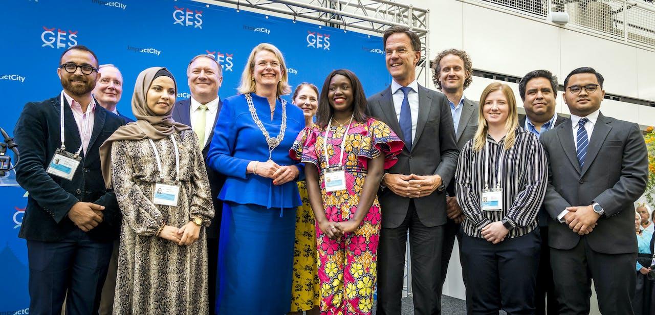 De Amerikaanse minister van Buitenlandse Zaken Michael Pompeo, burgemeester Pauline Krikke en premier Mark Rutte tijdens de openingsreceptie van de Global Entrepreneurship Summit in het atrium van het Haagse stadhuis.