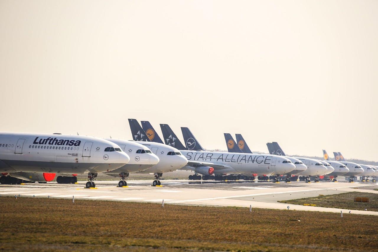 Vliegtuigen gepakeerd bij vliegveld Frankfurt