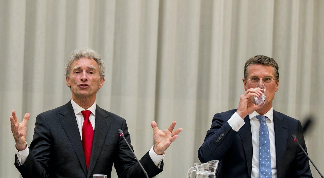 Informateurs Pieter Duisenberg en Paul Rosenmoller tijdens de presentatie van hun eindadvies over de te vormen coalitie in Rotterdam.